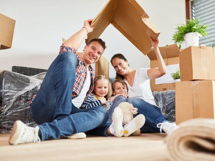 Famiglia casa trasloco bambini