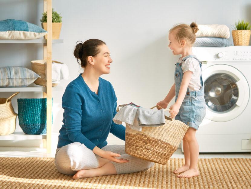 Mamma bambina lavatrice cesta bucato