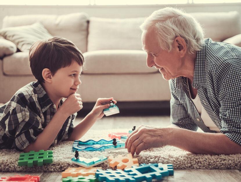 Nonno nipote gioco divano