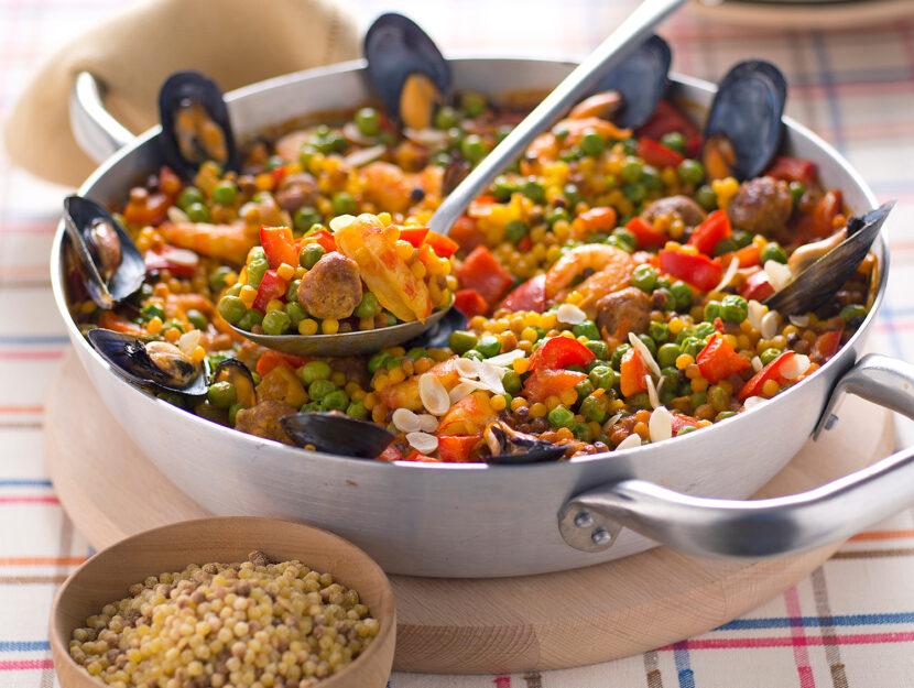 Paella di fregola con pollo e frutti di mare
