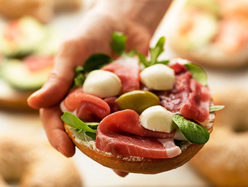 Panino prosciutto olive mano donna