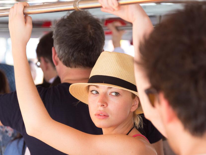 Ragazza autobus con cappello
