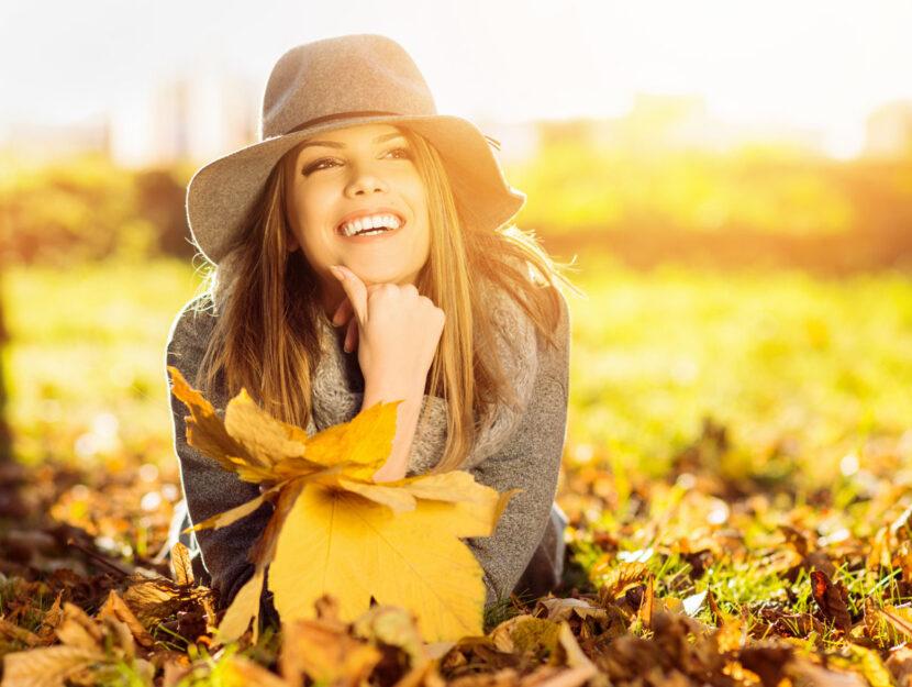 Ragazza autunno prato