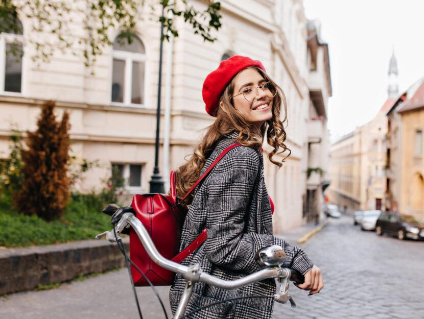 Ragazza bici citta cappello rosso