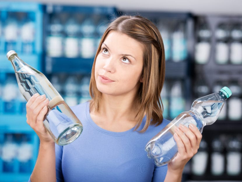Ragazza bottiglie vetro plastica