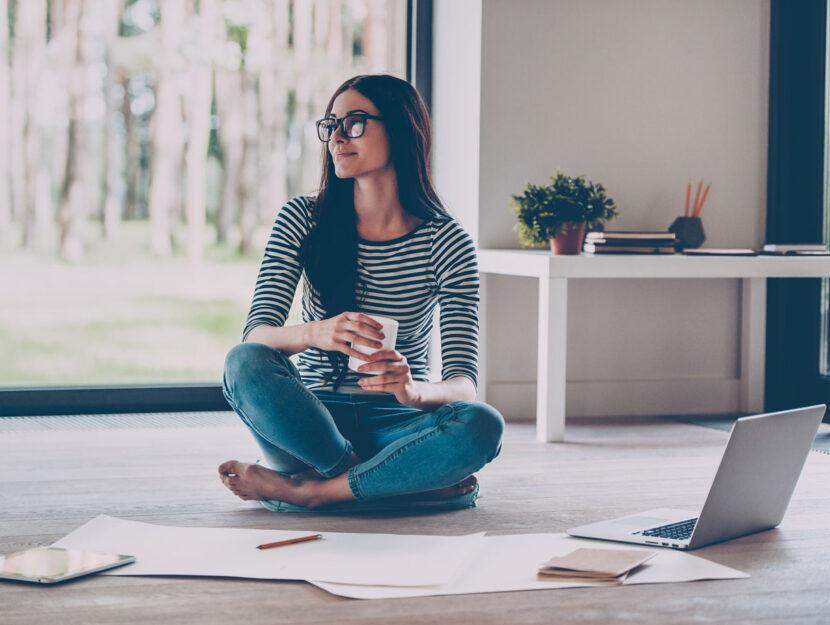 Ragazza lavoro smart working casa