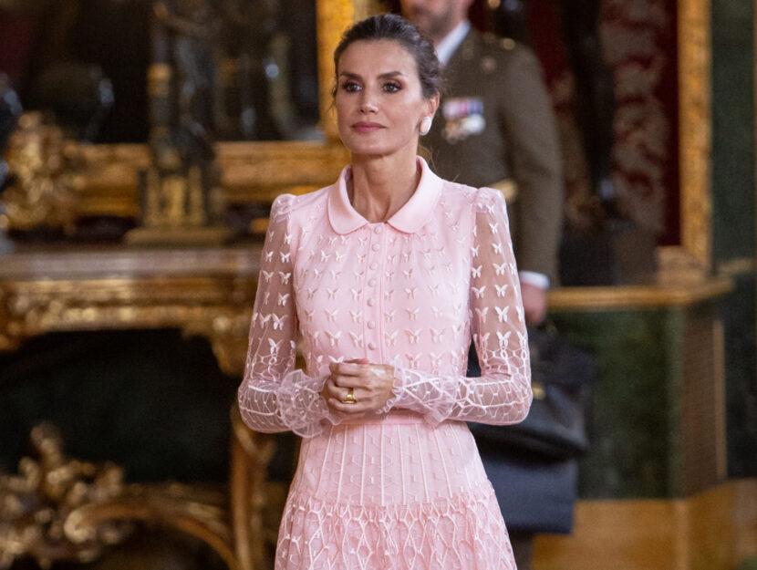 Tendenza look da regina abiti e accessori da avere