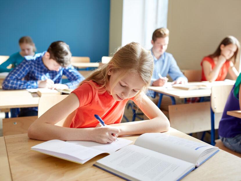 Bambini scuola compiti lezione