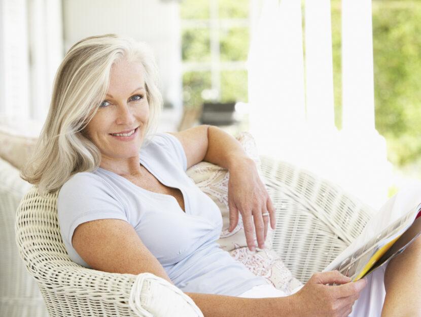 Donna legge giornale poltrona
