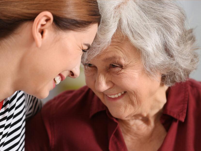 Figlia con madre anziana