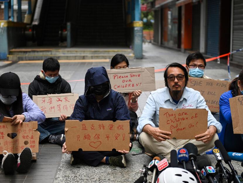 Parenti dei ragazzi intrappolati nel PolyU protestano per chiedere una soluzione pacifica dello stal