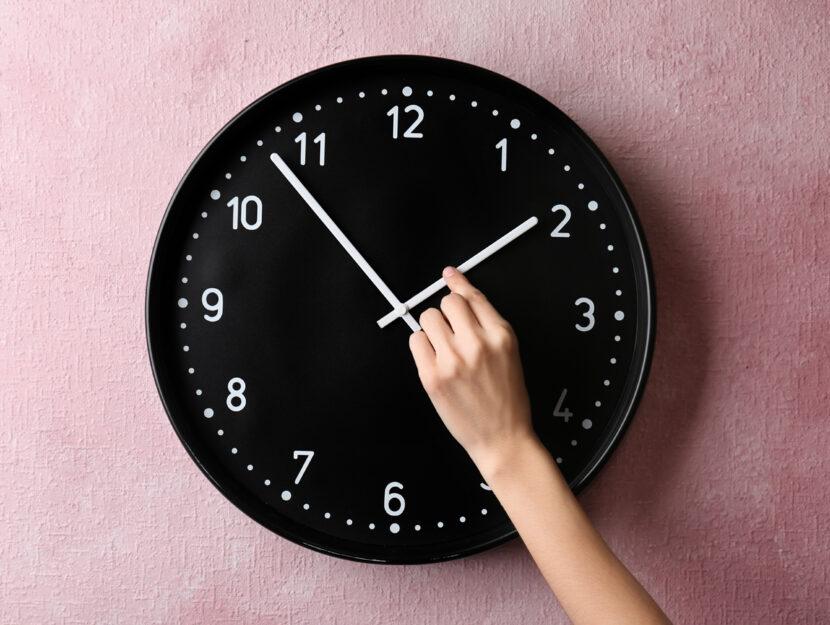 Mano donna orologio a muro
