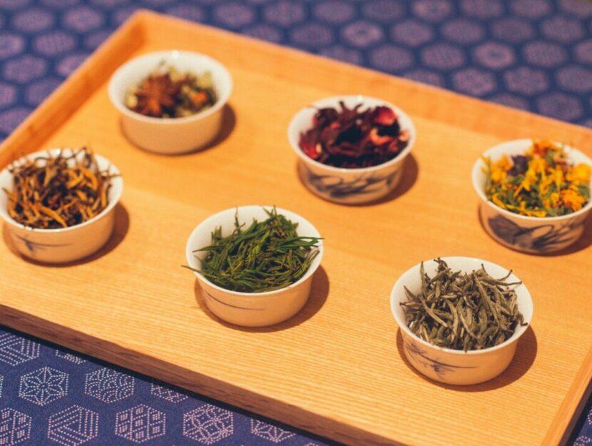 Piattini con sei diversi tipi di tè, infusi e tisane