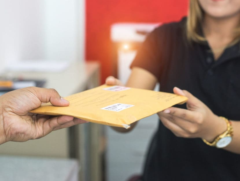 Posta consegna lettera postino donna