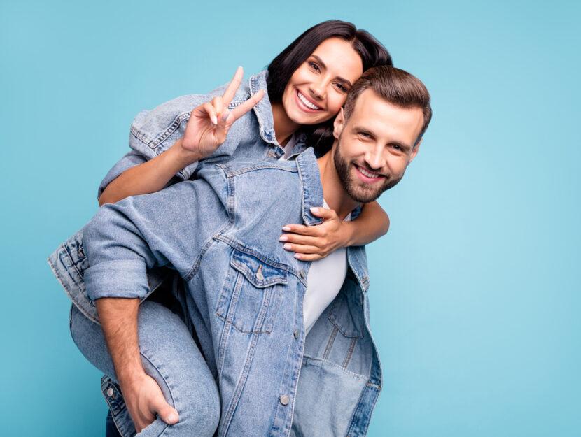 coppia uomo donna jeans