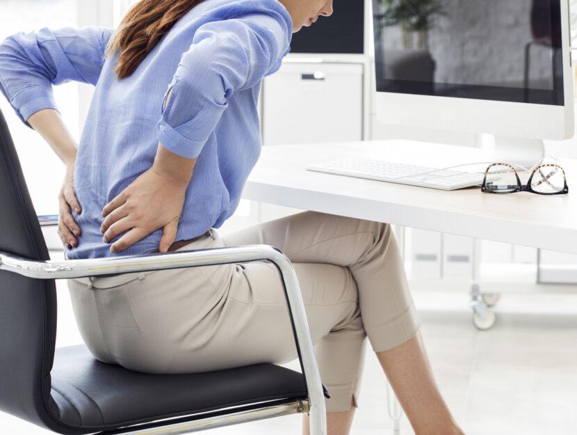 mal di schiena donna scrivania