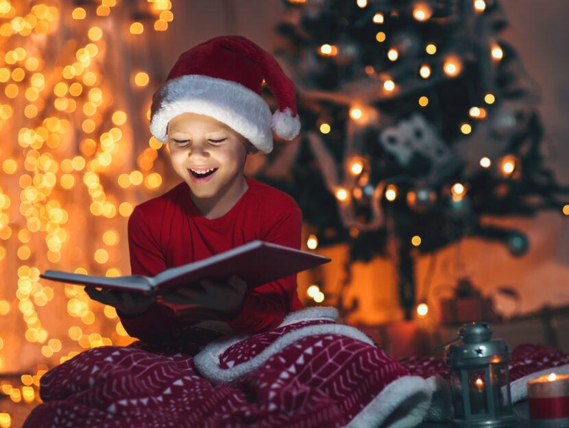 Bambino legge libro Natale