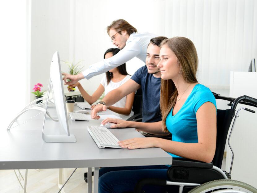 Disabile carrozzina lavoro ufficio