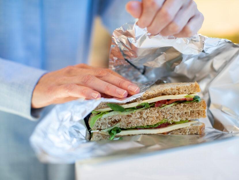 Donna incarta sandwich alluminio