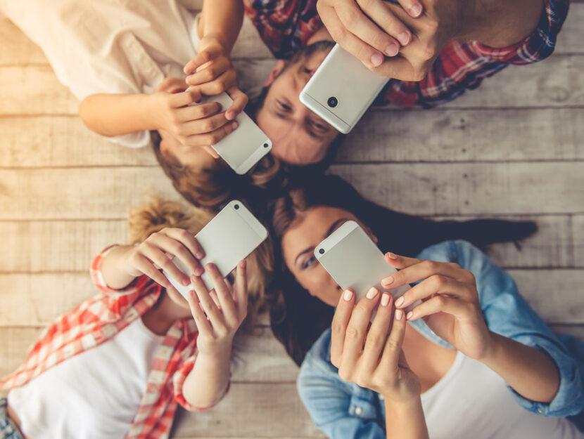 Famiglia adulti bambini smartphone