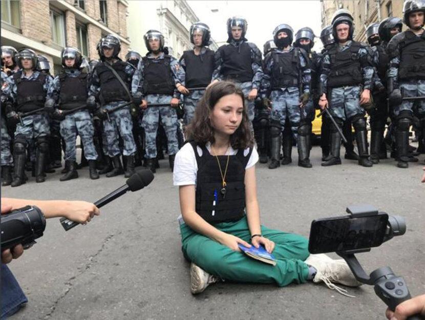 Olga Misik durante una protesta nell'agosto 2019