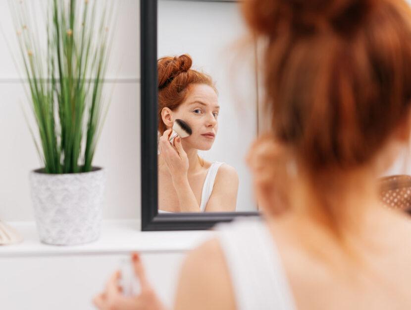 Ragazza capelli rossi trucco specchio