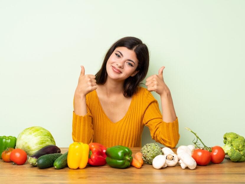 Ragazza tavola verdure