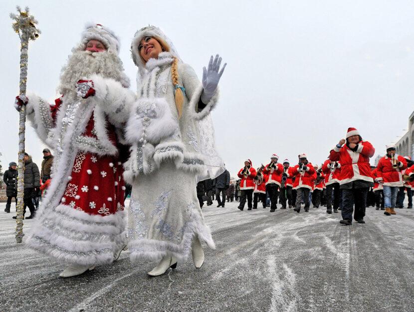 In Russia, la fata Snegurochka porta i doni la notte della Vigilia insieme al vecchio Nonno Gelo