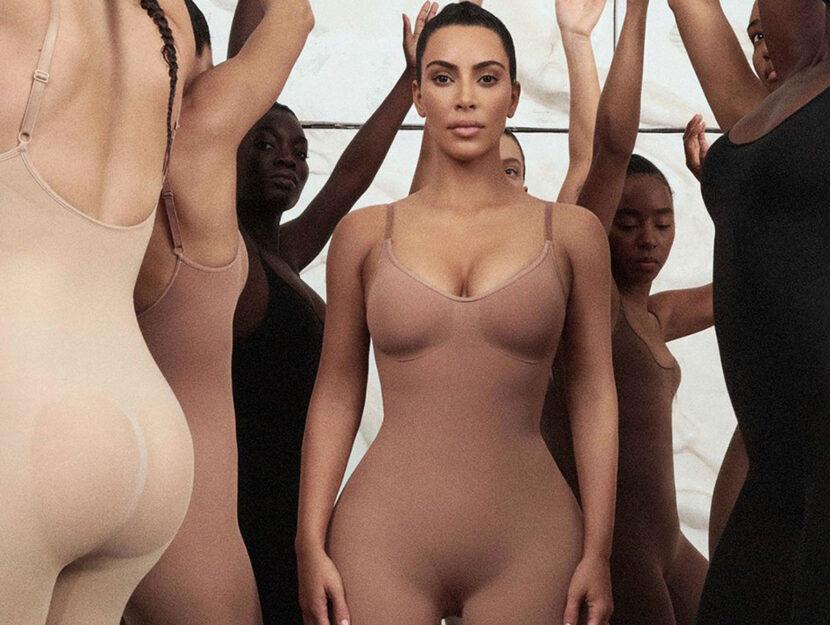 Kim Kardashian in uno degli scatti promozionali del suo marchio di intimo modellante Skims