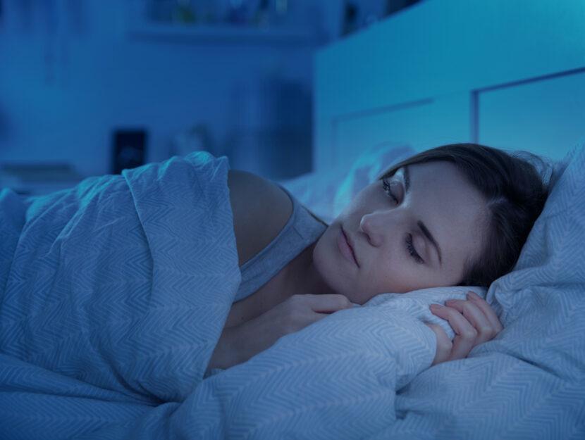 Donna dorme letto