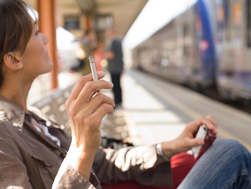 Donna fuma strazione treno