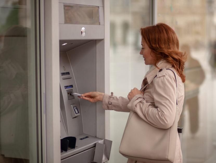 Donna soldi bancomat
