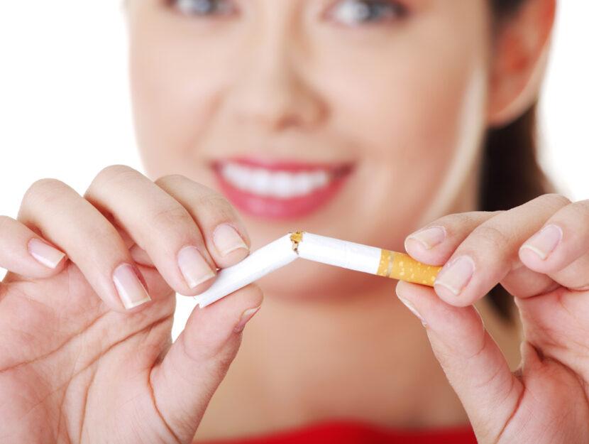Donna spezza sigarette