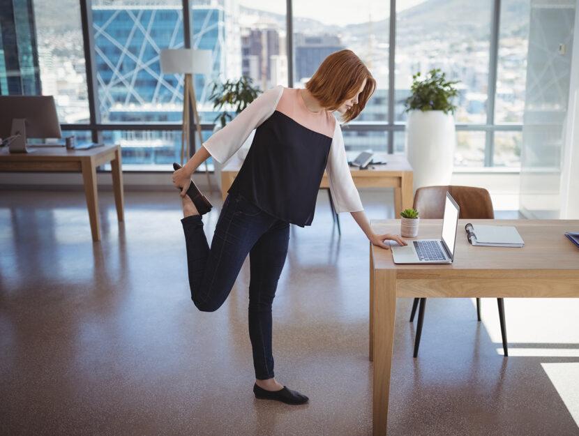 Esercizi in ufficio o a casa alla scrivania