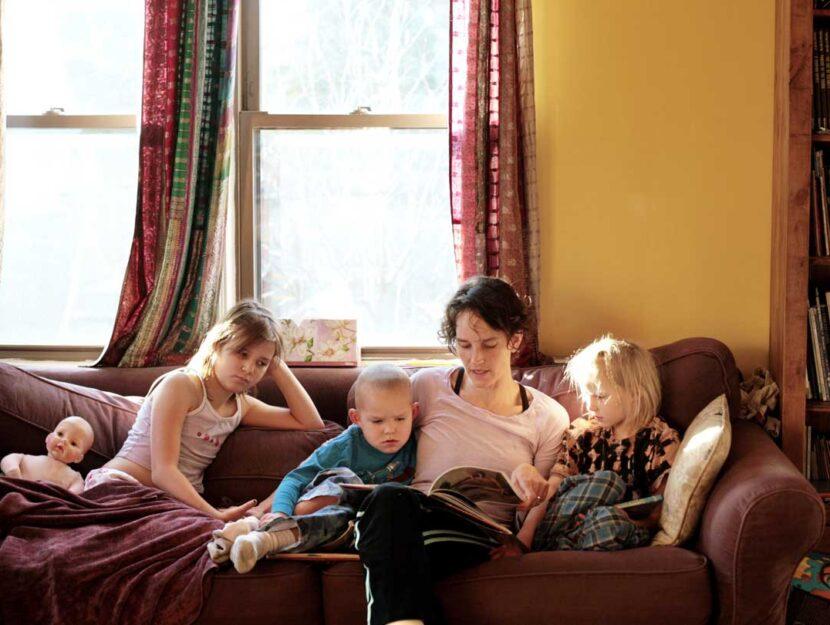 July Walter con i suoi tre figli. La storia di questa mamma di Chicago che ha scelto l'unschooling f