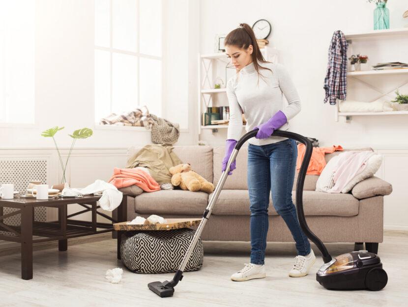 Ragazza pulizie casa aspiravolvere