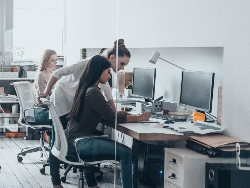 Ufficio giovani lavoro scrivanie