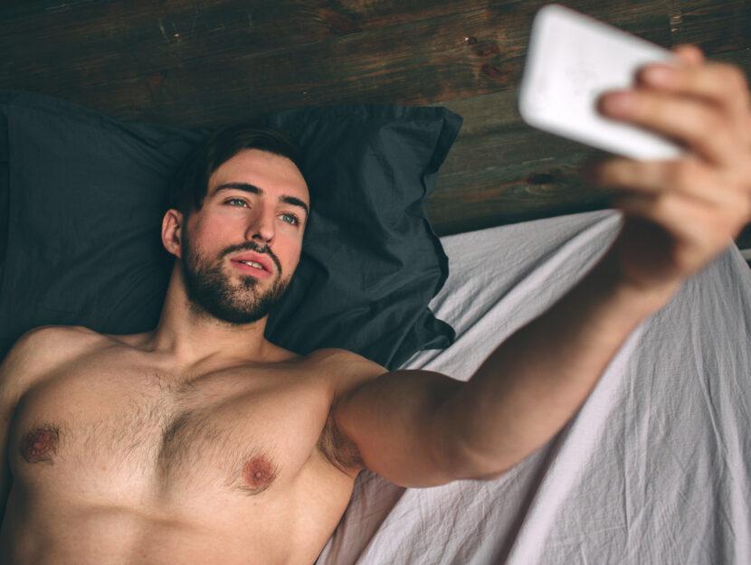 Uomo letto selfie