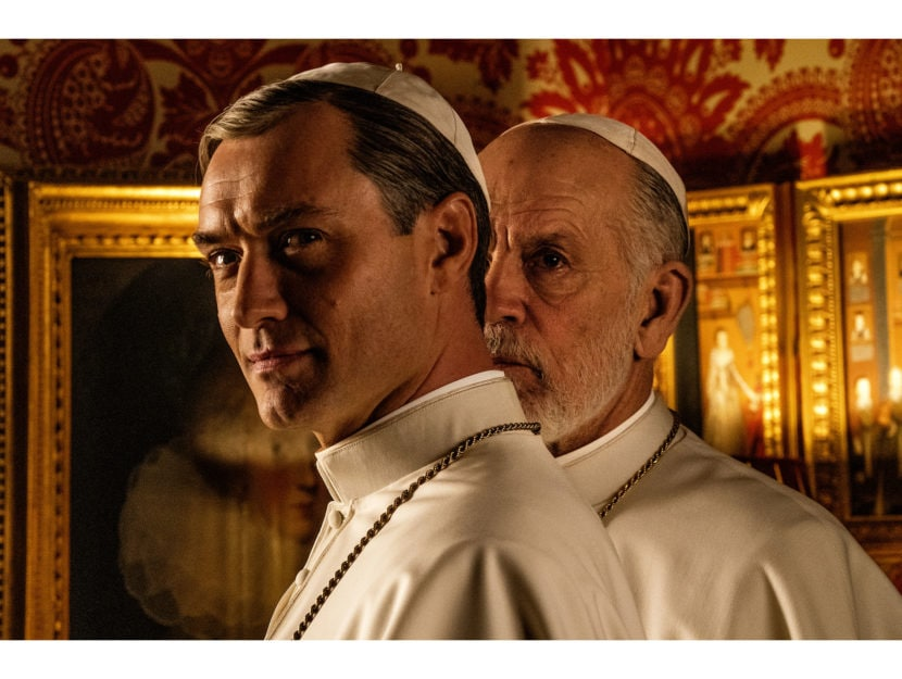 "Jude Law in una scena di ""The new pope"", con John Malkovich"