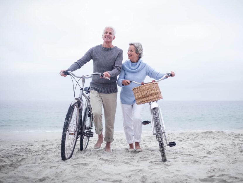 Coppia anziani mare bici