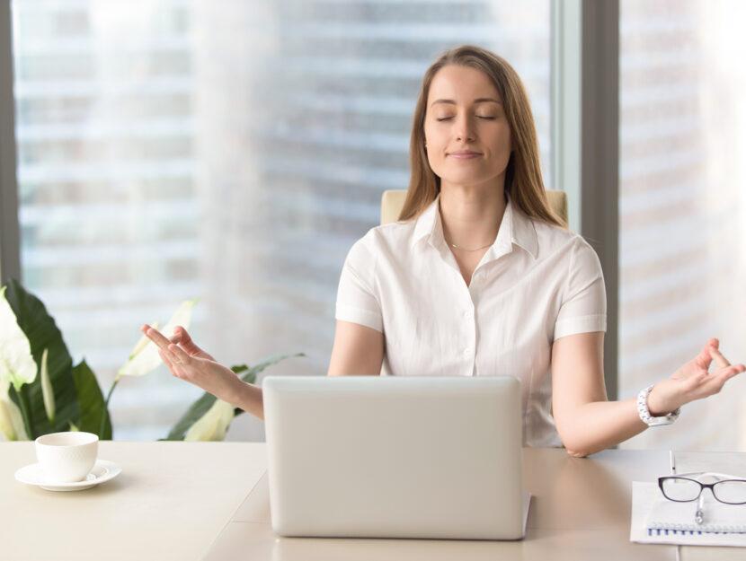 Donna meditazione ufficio