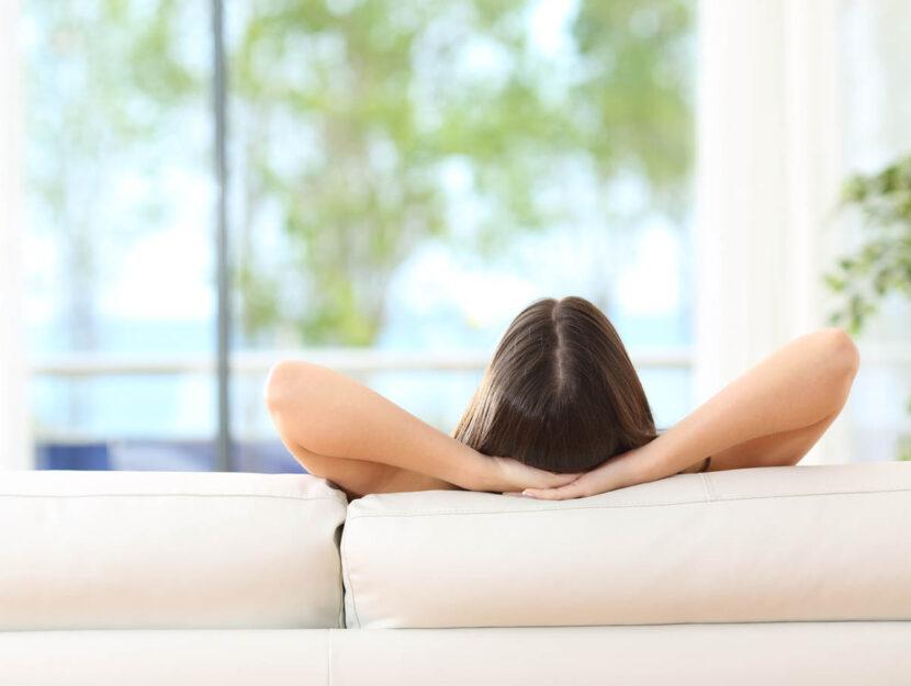 Ragazza relax divano di spalle