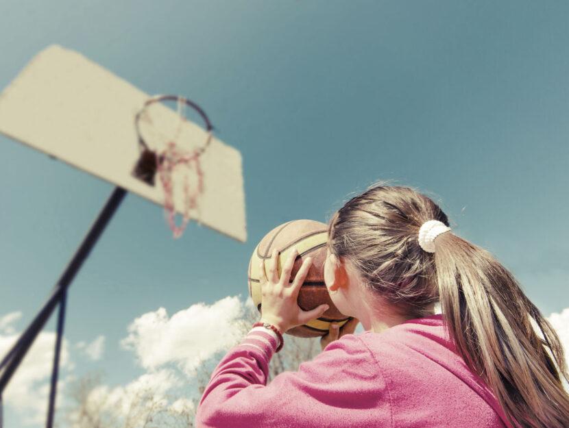 Ragazzina basket canestro