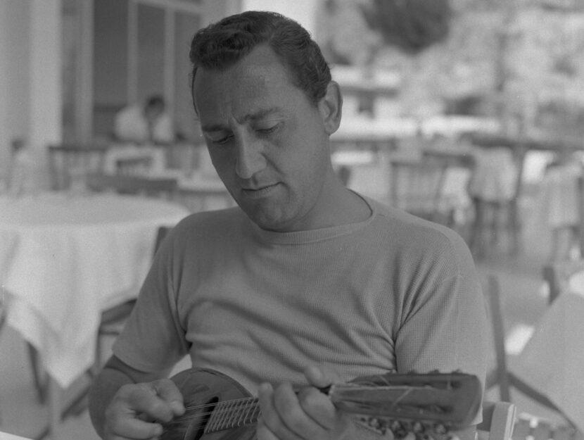 Alberto Sordi durante le riprese del film Tutti a casa
