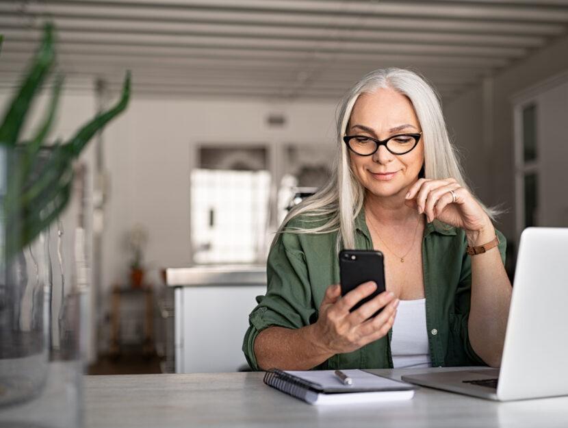 Donna casa smartphone laptop