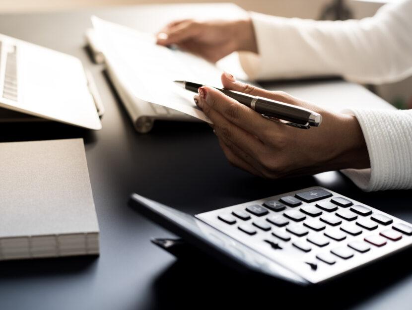 Donna computer calcolatrice penna