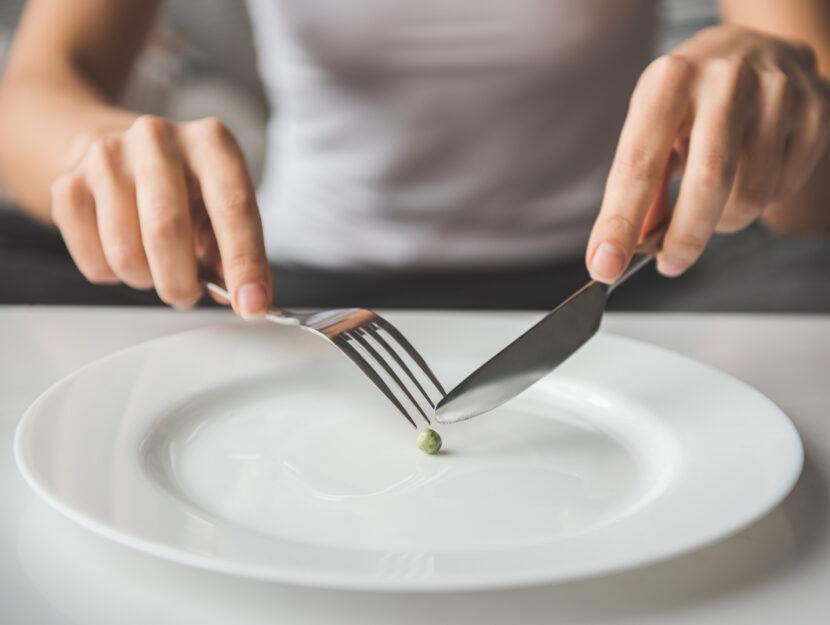 Donna piatto pasticca anoressia