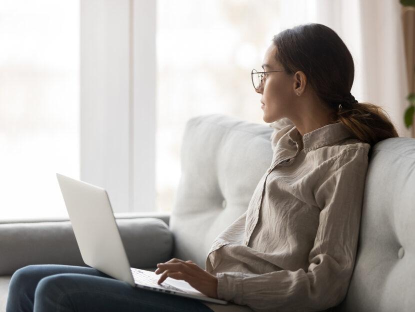 Ragazza computer divano casa