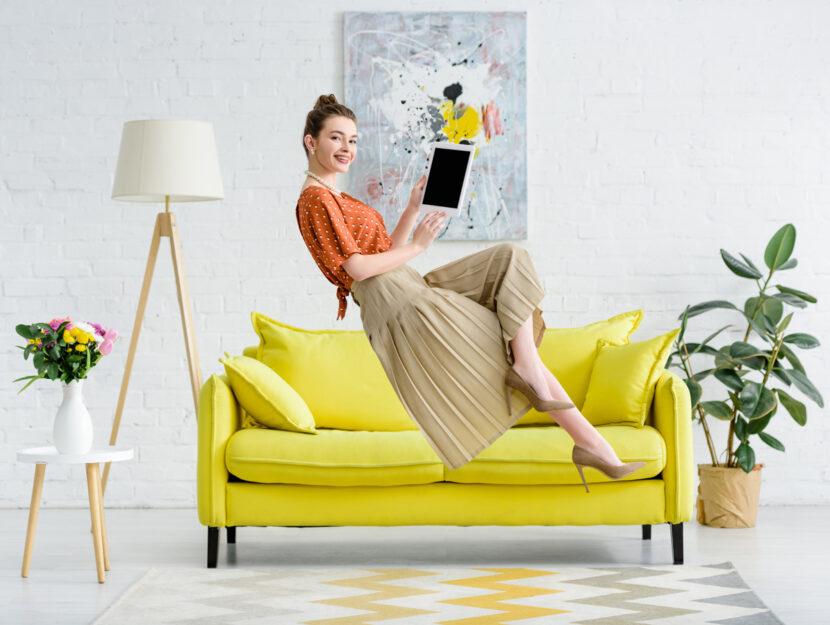 Ragazza divano casa quadro tablet