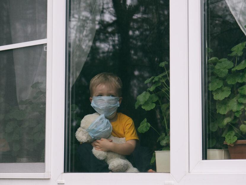 Bambino mascherina finestra